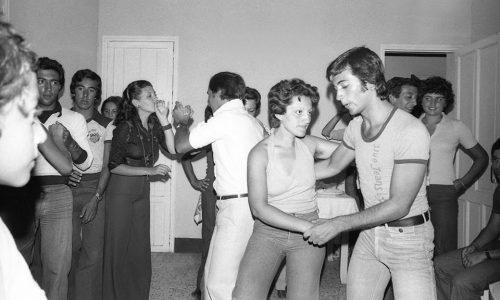 Noi che… aspettavamo la domenica pomeriggio per andare a ballare a casa di un amico che organizzava una festa …