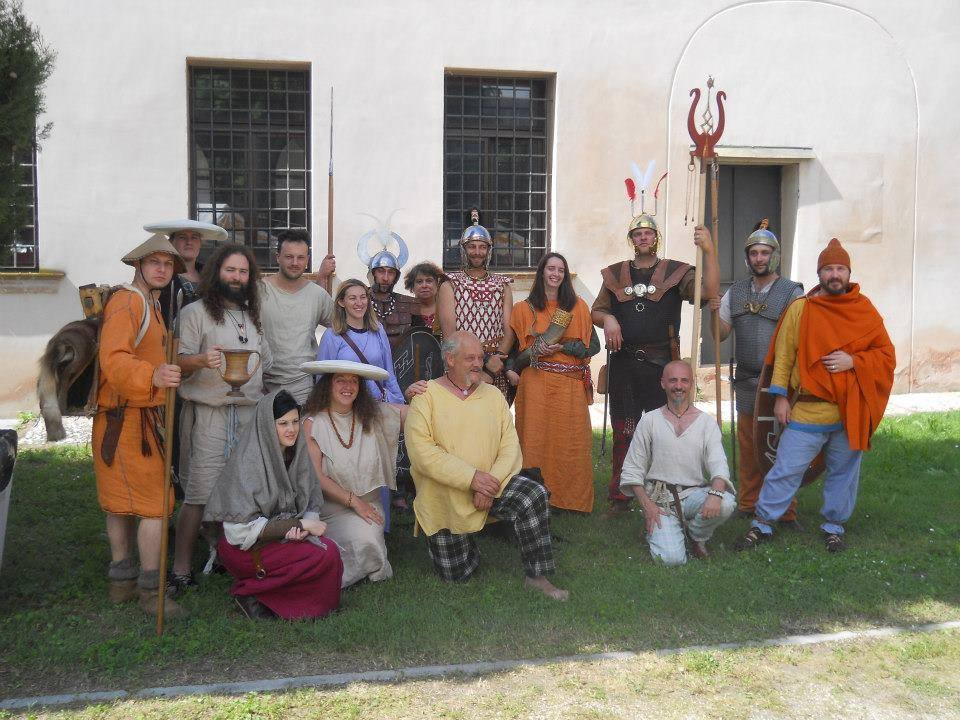 """POPOLO DI BRIG Vimercate (MB) - Popoli Galli del III-II secolo a.C. - L'Associazione storico-culturale """"Popolo di Brig"""", costituitasi nel marzo 2007 con sede a Vimercate (MB), è attiva come gruppo di rievocazione storica dall'aprile 2004 ed il suo simbolo è il fiume Lambro. """"Brig"""" (collina, altura) è la radice da cui deriva il nome dell'attuale Brianza (la zona posta a nord di Milano compresa tra Monza, Como e Lecco), abitata in epoca preromana da popolazioni celtiche. La finalità dell'Associazione è quella di far conoscere nei suoi vari aspetti (cultura materiale, lingua, arte, religione e mitologia) la civiltà celtica di epoca preromana, con particolare attenzione alle sue manifestazioni in Italia. L'attività si divide principalmente in due branche: da un lato conferenze ed altre iniziative didattiche; dall'altro (sotto il nome gallico di Teuta Brig) sfilate e rievocazioni storiche ricostruendo, sulla base di una rigorosa documentazione storico-archeologica, un accampamento celtico del III-II secolo a.C. ed i vari aspetti della sua vita quotidiana (artigianato, alimentazione, combattimenti, etc...)."""