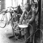 COME ERAVAMO…. Chi si ricorda del riparatore di biciclette, con la bacinella piena d'acqua per trovare il buco da riparare…..