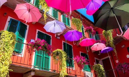 I colorati ombrelli di via Verona vincitori assoluti di Balconi Fioriti – Luglio 2018