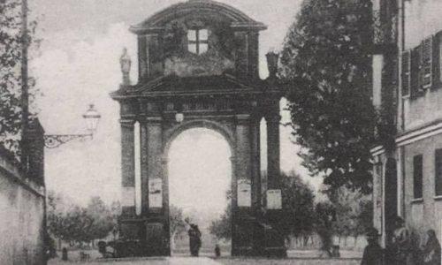 Un'immagine del 1908: dal centro città passando per via Dante si arriva in piazza Genova, all'arco trionfale detto anchearco di Marengo
