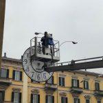 """Operai sostituiscono orologio e Piazza Garibaldi resta """"senza ora"""" – 11 ottobre 2018"""