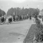 Gruppo in processione pronto a partire in sella alle loro biciclette, per raggiungere il quartiere Orti dove è stato eretto il Gagliardetto ai Combattenti della Prima Guerra Mondiale